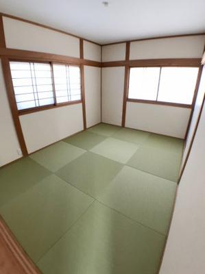 3階約6帖の和室です♪ 畳も新調しております♪ 2面採光の為とても明るいですよ♪
