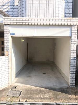 駐車場の写真です♪ 電動シャッター付き車庫ですよ♪