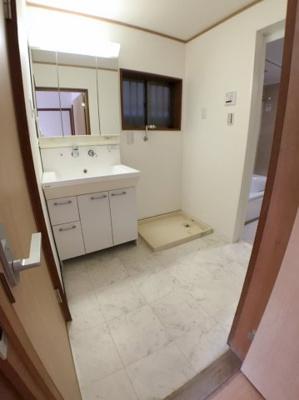 洗面所の写真です♪ 床もリフォーム済みですのでとてもきれいですよ♪