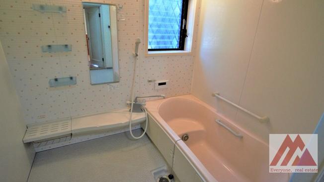 足を伸ばせて入浴可能な大きな浴槽です