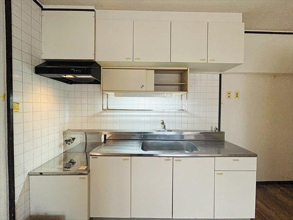 現時点では壁付けタイプのキッチンとなっています。スペースは十分あるので、カウンターキッチンへも変更可能です。ご相談下さい