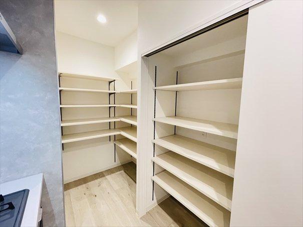 キッチン横にたっぷりの収納があるので、食品ストックやキッチン用品をスッキリ収納できますよ!