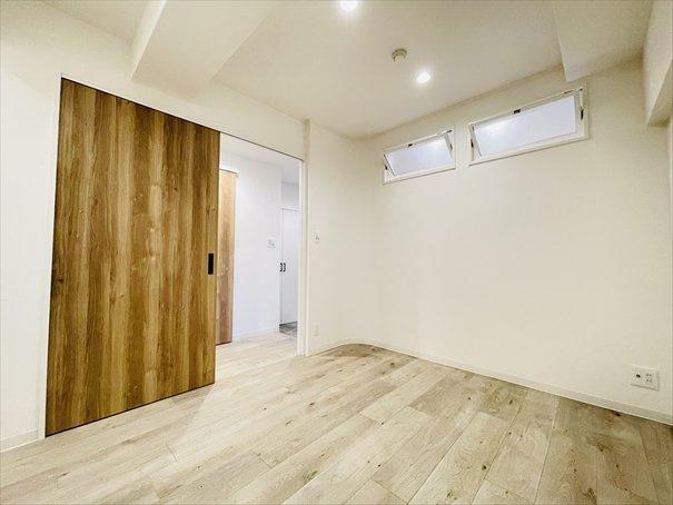 4.47帖の納戸になります! LIXIL製の室内窓は空気を入れ替えたり、お部屋が明るくなるというメリットがあるんです◎