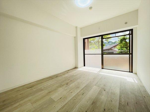 6帖の洋室になります!共用部分の窓のサイズが大きいので光が沢山取り込めます♪