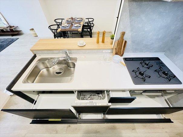 新品キッチンは引き出し式収納で大きなお鍋や調味料も楽々取り出せます!