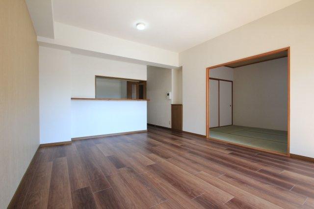 10月にリフォーム完成しました☆彡 バルコニーに面した広~いLDKはとっても開放的!6帖の和室もフラットにつながっているので、約21帖の大空間としても使えますよ