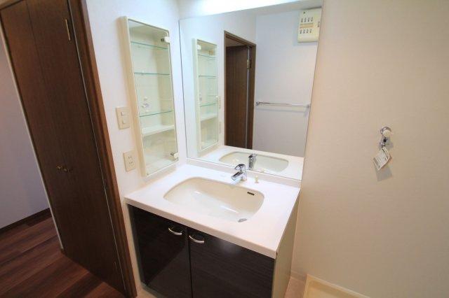 大きな鏡が使いやすい洗面台です。 鏡横に収納付で、散らかりがちな洗面回りもすっきりと片付きます。