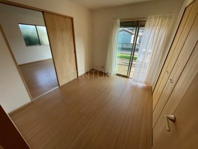 一階洋室です、LDKと続き間で開放感があります。 引き戸で簡単に仕切れますので状況に合わせた使い方ができます。