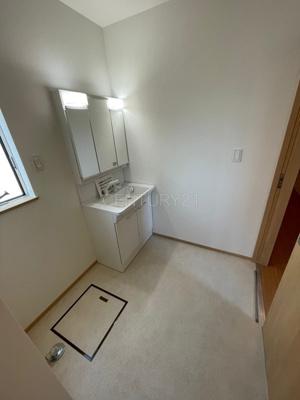 三面鏡付きの洗面台には鏡の裏に収納があり、すっきり片付けられます。 洗髪も可能な伸縮機能つきシャワーヘッドです。