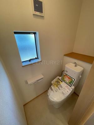 2階トイレです。 温水シャワー洗浄機能付きです。