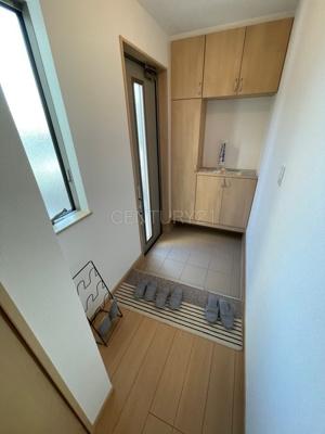 シューズボックス付きの玄関です。 上部も収納付きで多くの収納が可能です。
