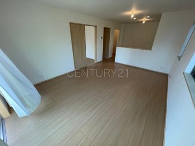 大きいソファーがおける広々リビング!! 大きい棚も置くことができますので、インテリアの配置を考えるのも楽しくなります。