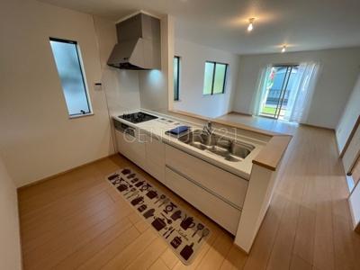 リビングを見通せるカウンターキッチン。料理中でも家族の様子が見られます。シンクも大きく洗い物もしやすい浄水器付。シャワーヘッドは引き出し可能、シンクの隅々まで洗い流せます。