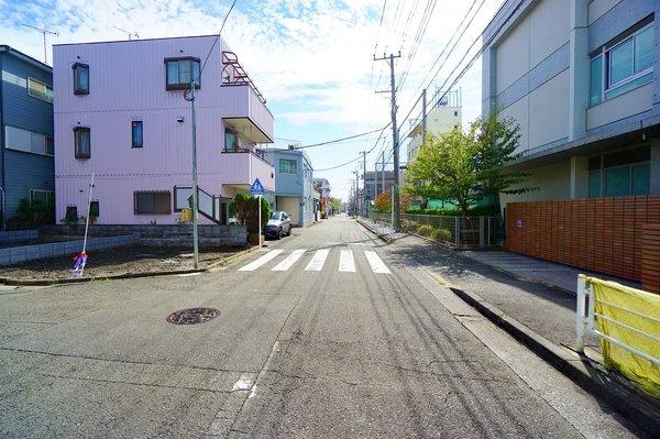 約8m西向きの前面道路になります。 車通りも少ない為、小さなお子様にも安心です! 是非一度、現地へお越しください♪