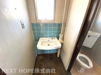 洗面です♪窓も有り、明るいです!!お好きなリフォームを楽しんで見ませんか?※現状でのお引渡しです。