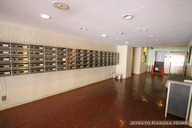 エントランスからエレベーターまでにポストボックスがあります。