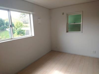 約7.7帖洋室。窓の位置が腰高なので家具の配置もしやすく、好きなレイアウトがお楽しみいただけます!