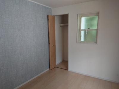コチラのお部屋には壁の一面にグレーのアクセントクロスを使用。リラックスできる空間に仕上がりました♪