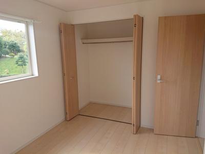 各居室には収納が備わっております。お洋服や小物類等をスッキリ収納!居室空間を広くお使いいただけます。