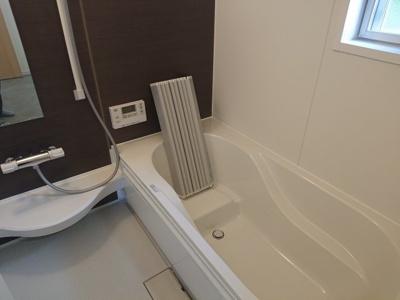 腰を掛けて入浴可能なベンチタイプのバスタブ。雨天時に室内干しができる換気乾燥機を設置しております。
