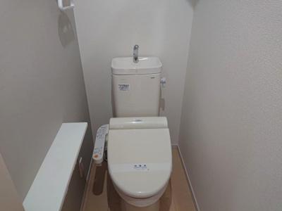 温水洗浄便座を設置したお手洗いです。各階にお手洗いがあるため、ゆっくりとご使用いただけます。