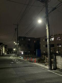 1~3号棟側西側の前面道路になります。夜は街灯も明るく、照らしてくれるので防犯面でも安心です。夜は特に車通りが少なく、大宮バイパスからの車の音も聞こえず落ち着いた立地です。