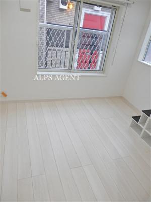 白を基調とした2面採光の室内