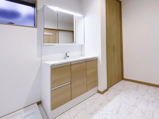 【同社施工例写真】 身だしなみを整えやすい事はもちろんですが、鏡の後ろに収納スペースを設ける事により、散らかりやすい洗面スペースをすっきりさせる事が出来るのも嬉しいですね♪