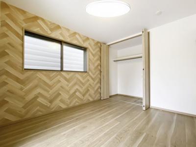【同社施工例写真】 美しい木目のフローリングと建具が明るい印象を与える心地の良い空間♪