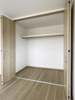 【同社施工例写真】 居室クローゼットは、洋服やクリアーボックスなどもしまえるクローゼットを設置♪