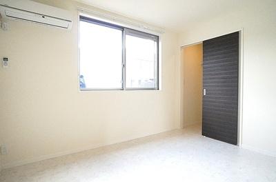 6.4帖の洋室です。リビングの隣となり主寝室のお部屋にピッタリ。大容量ウォークインクローゼット収納が使いやすさを配慮しております。