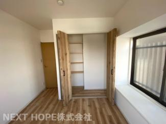 玄関横の洋室です♪二面採光の明るい室内です!大きなクローゼットも設けられており、室内を有効に使用していただけます(^^)ぜひ現地でご確認ください!!