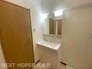 新品の洗面化粧台です♪シャワー水栓で使い勝手がいいですね(^^)鏡は三面鏡です!鏡の後ろは小物収納になっております!!