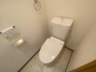 新品のトイレ、温水洗浄便座です!水廻り全てが新品で気持ちよくご入居していただけます(^^)