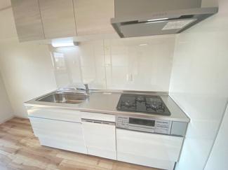 新品のシステムキッチンです♪白色を基調とした洗練されたキッチンでお料理も楽しくなりますね(^^)素敵にリフォーム済み!ぜひ現地でご確認ください♪お気軽にネクストホープ不動産販売までお問い合わせを!