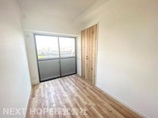 真ん中の洋室です♪角部屋なので窓も有り、室内たいへん明るく開放的です!素敵な室内をぜひ現地でご覧ください!!お気軽にネクストホープ不動産販売までお問い合わせを!!