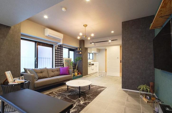 室内の柱は、コンクリート調のブラックのクロスを採用。ブルックリンスタイルを象徴する、インダストリアル感はおしゃれなカフェの様です!