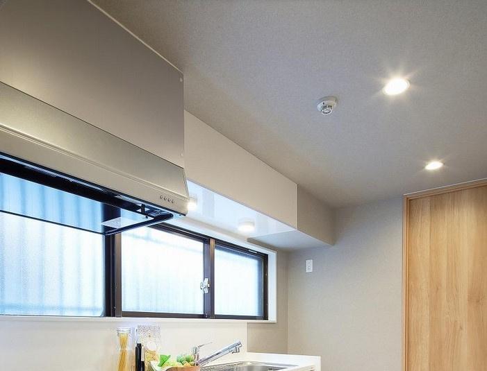 キッチンの床面タイルは市松模様。日本の歌舞伎袴が由来です。素材感は全体の雰囲気とマッチするヴィンテージ感のあるものを使用。シンプルなキッチンを引き立てます。