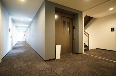 廊下は外部と遮断されたホテルライク仕様。床は絨毯敷きで高級感があります。