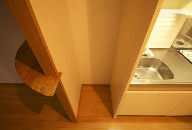 キッチン脇の冷蔵庫スペース