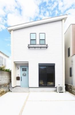 大阪メトロ御堂筋線「北花田」駅 徒歩10分の立地!白の外壁に水色の玄関ドアが映える素敵な外観です♪