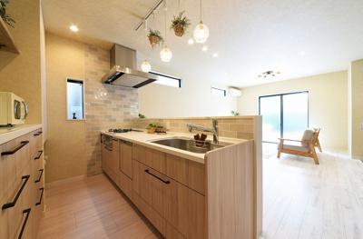 オープンタイプの対面式キッチン採用♪手元を照らす照明がグッとお洒落感をアップ!カップボード付きです!