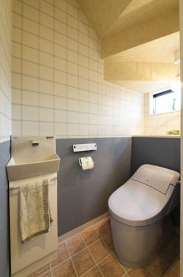 トイレの中もアクセントクロスやCFでお洒落な空間に仕上がりました!手洗い場を設置しております。