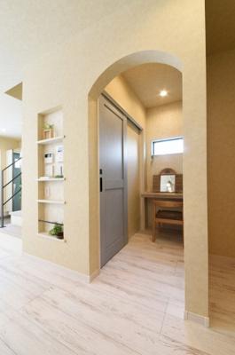 トイレ・ランドリースペースの間の空間をPCスペースとして活用可能。窓・照明があり、使いやすいですよ◎