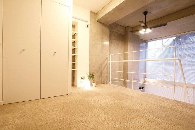 開放感のある2階吹き抜けのある洋室