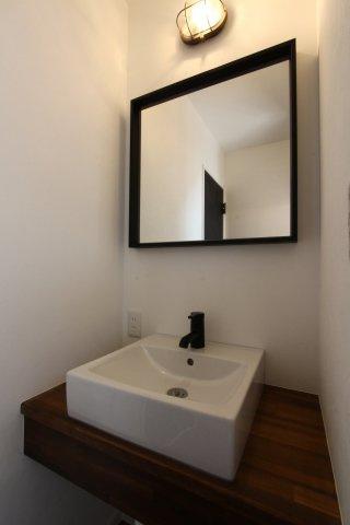 2階にも洗面が備わっており、上がり下がりすることなく便利ですね◎デザイン性のある洗面も嬉しいポイント♪照明器具付きの建物仕様でございます!