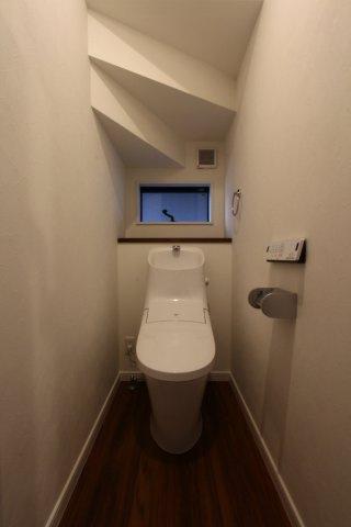トイレ2ヶ所◇温水浄便座ならオールシーズン関係なく暖かい便座で快適に過ごせます。こもりがちな室内も換気ができる窓も備わっております◎現地完成しております。お気軽に湘南シーズンまでお問い合わせ下さい♪