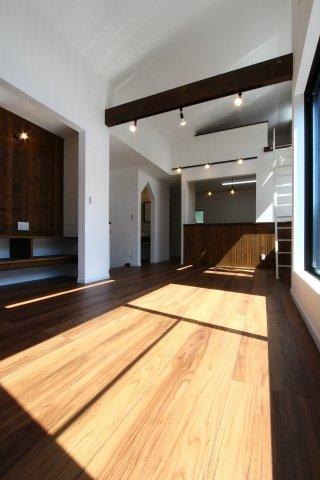 2階リビングはたくさんの日差し確保ができ、気持ちの良い室内環境です♪横に長くつながったバルコニーが隣接されており、風通し陽当たり共に良好◎プライベートも確保された間取りですよ。