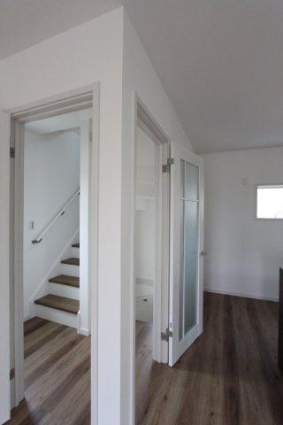 1階から3階まで、リビングを通らず上り下りできる階段なので、来客時やテレワーク中も安心 光を遮らない開放的なクリアドアで、室内いっそう広々としたムード