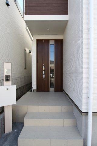 通行人との目線の高さを変えてくれる階段は、プライバシーを確保してくれます。 宅配ボックスや顔と声で訪問者を確認出来るモニター付きインターフォンなど、留守番時も安心のセキュリティーが整っていますよ。